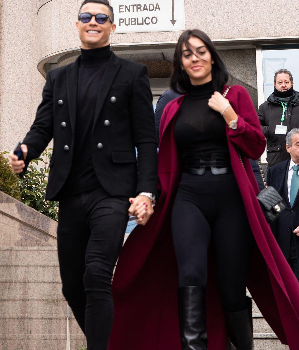 Arreglados pero informales: los looks de Georgina y Cristiano para ir a los juzgados, a examen
