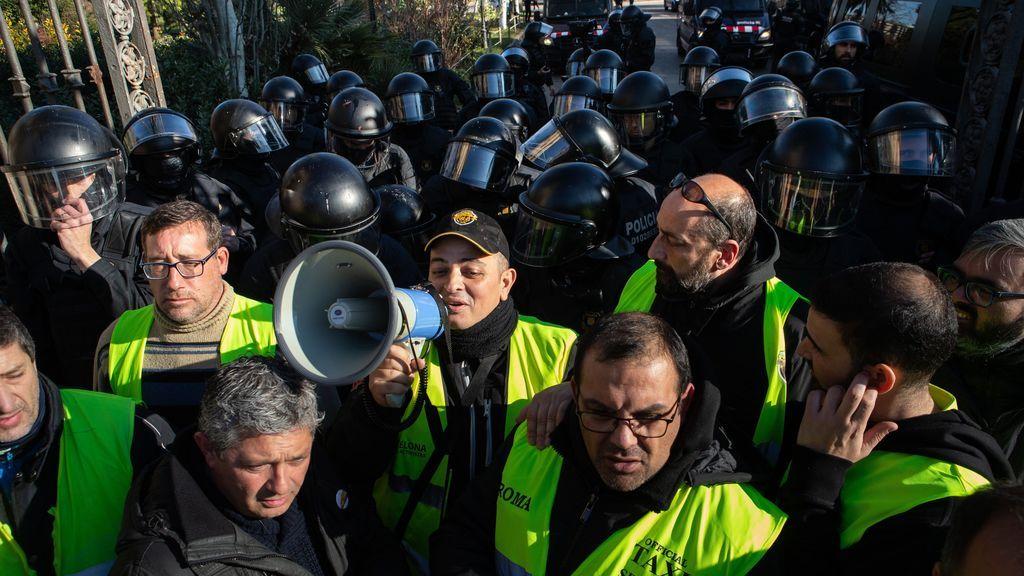 Torra cede a las peticiones de los taxistas y Uber amenaza con dejar Barcelona
