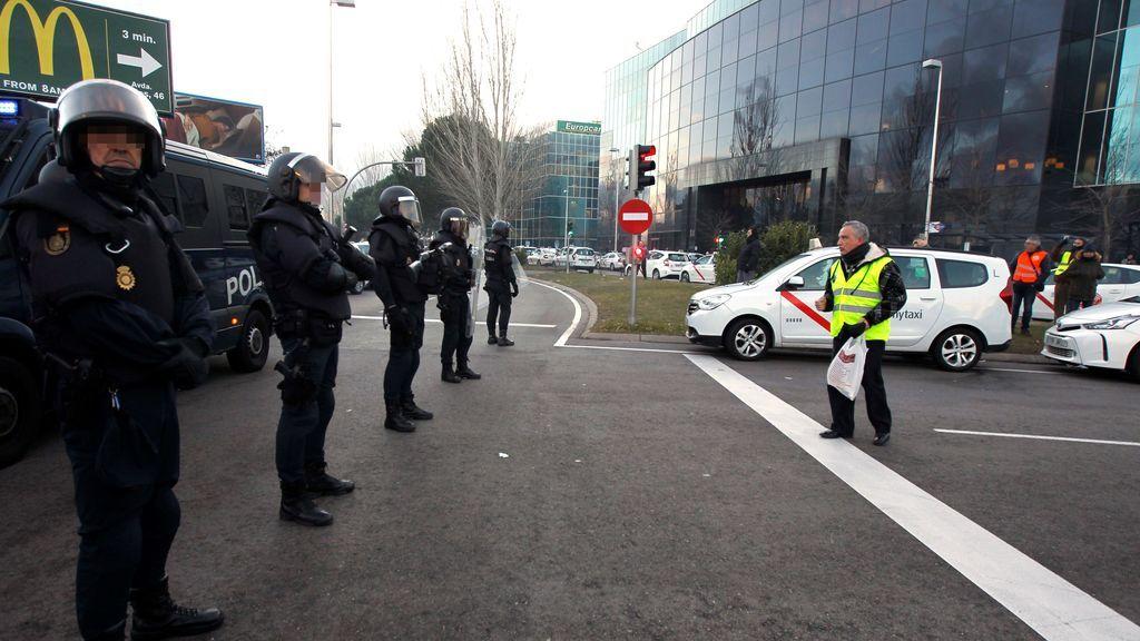 Última hora de la protesta de los taxistas: el rey entra por una puerta lateral y hay un policía herido