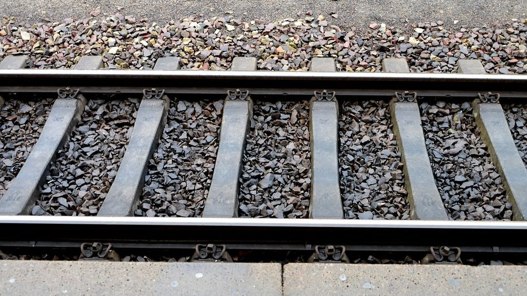 Los rieles de una estación de tren china son reparados en apenas seis horas