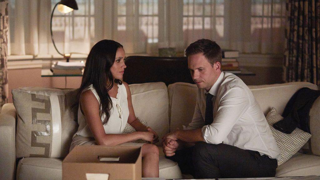 Meghan Markle y Patrick J. Adams, en la séptima temporada de 'Suits'.