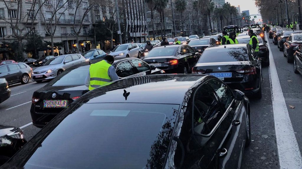 Los conductores de VTC contraatacan bloqueando la avenida Diagonal en Barcelona