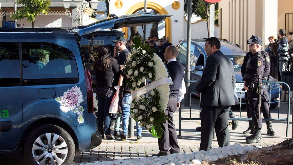 Emotivo momento en el que el féretro de Julen llega al tanatorio de El Palo donde le esperan sus familiares