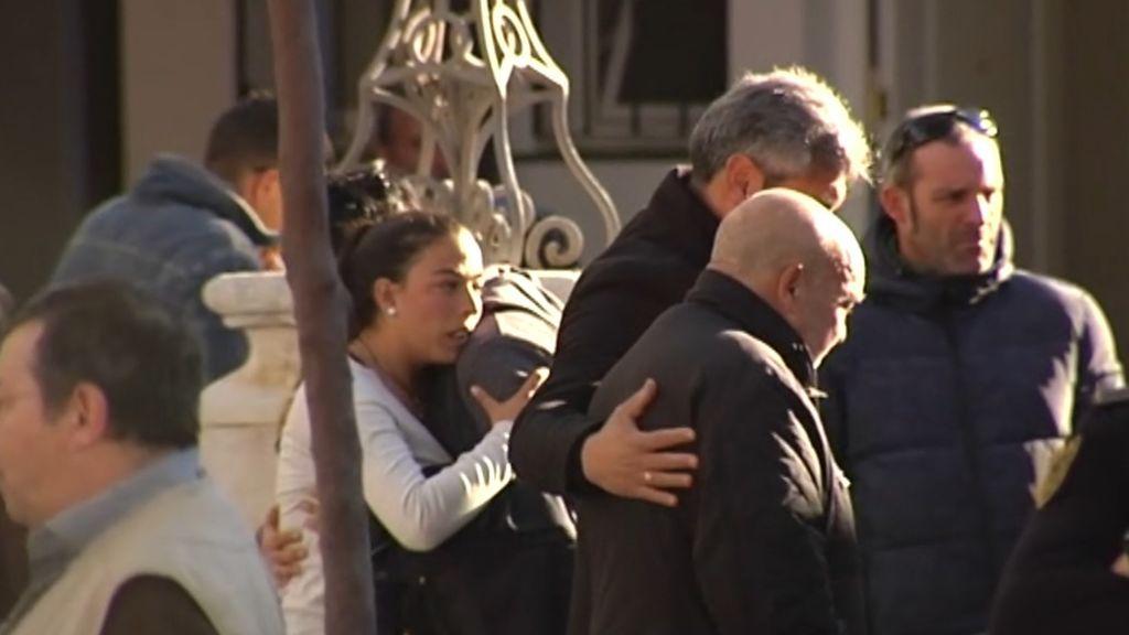Los padres de Julen, arropados por los vecinos, amigos y familiares ante la tragedia