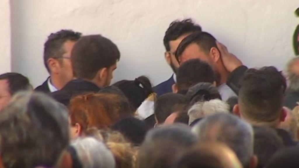 Centenares de personas arropan a los padres de Julen el día del entierro del pequeño