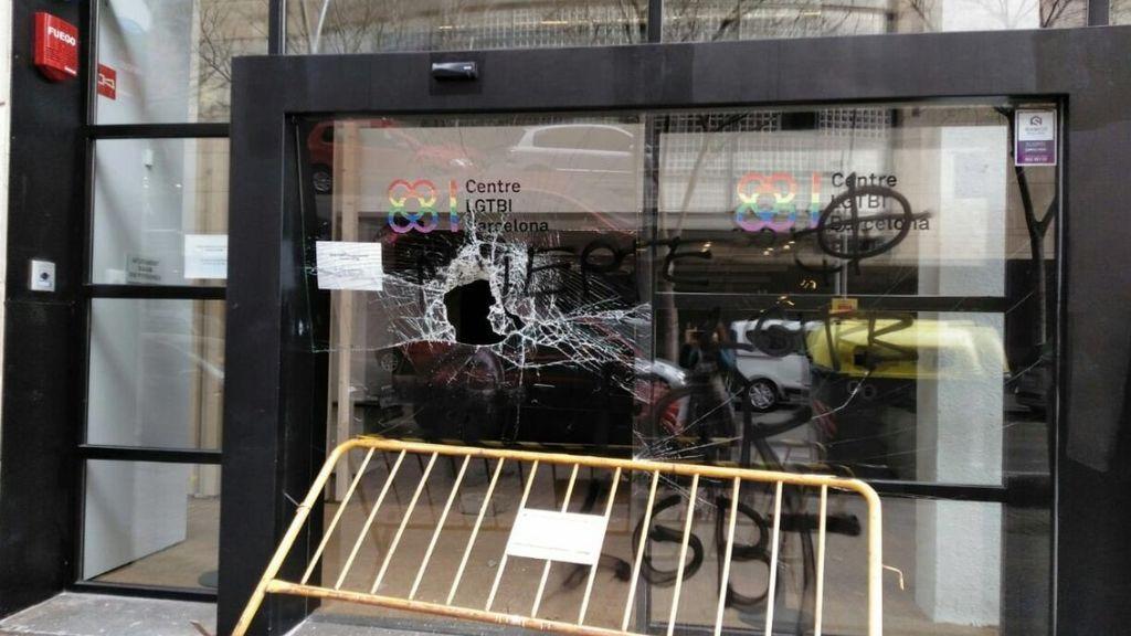 Aparece con pintadas y cristales rotos el Centro LGTBI de Barcelona