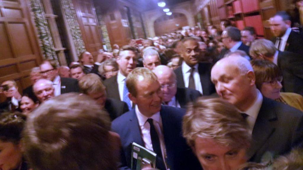 ¿Por qué los diputados británicos votan en los pasillos del parlamento?