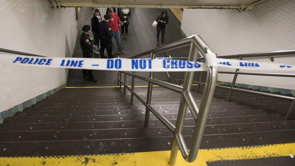 Muere tras caer por las escaleras del metro de Nueva York cuando llevaba a su bebé en el carro
