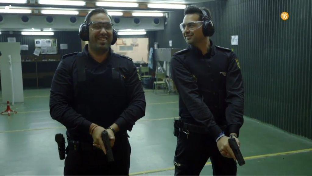 Kamal y Juan, policías de Jerez de la Frontera, en 'Héroes, más allá del deber'.