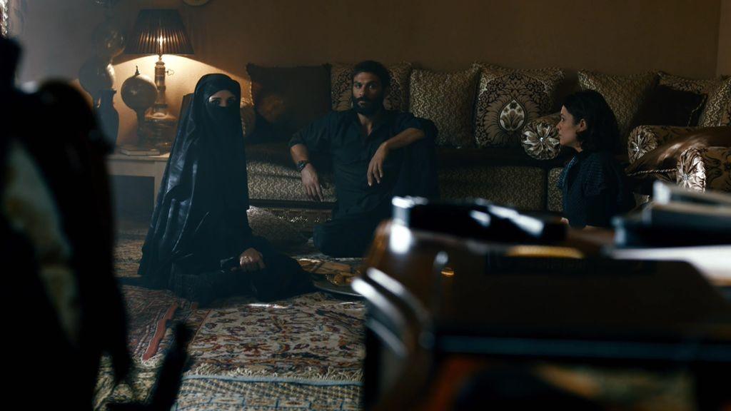Martina logra reducir a Samir cuando el terrorista intentaba matarla