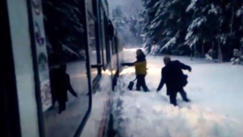 El tren canfranero y sus 58 pasajeros se quedan bloqueados por la nieve