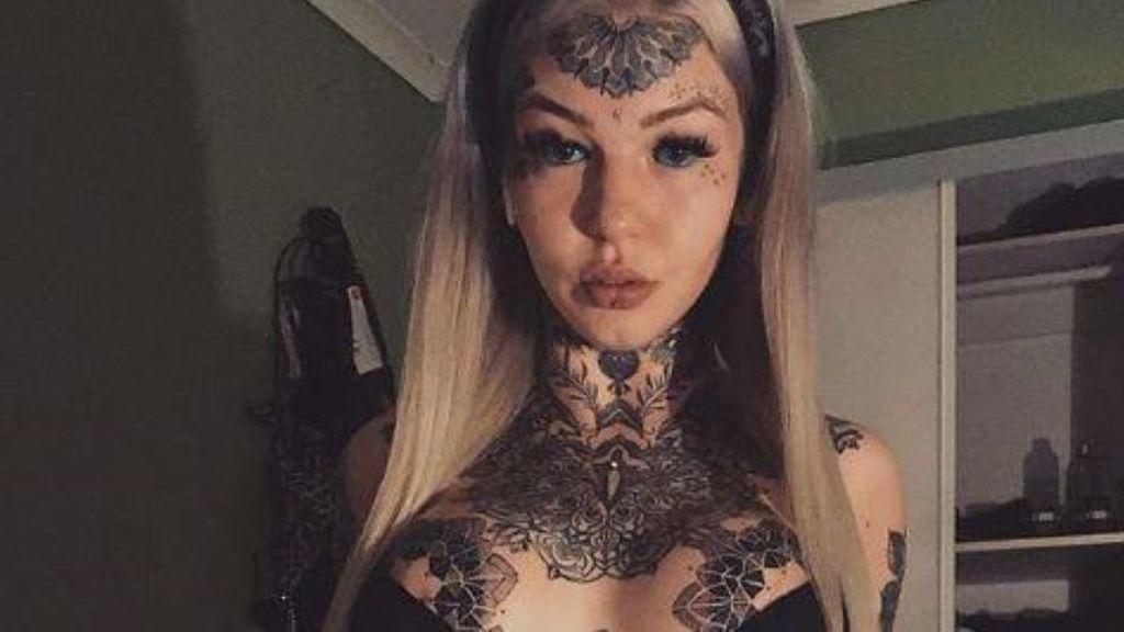 """Denominada """"la mujer serpiente"""" tras pasar más de 50 veces por el quirófano"""