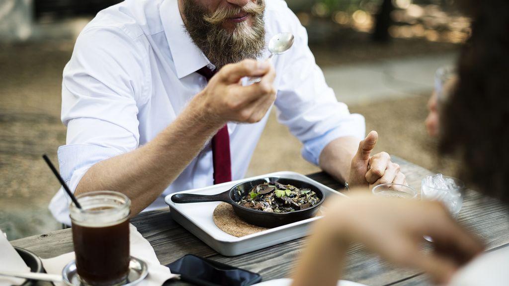 Comer rápido se asocia a más riesgo de niveles altos de triglicéridos