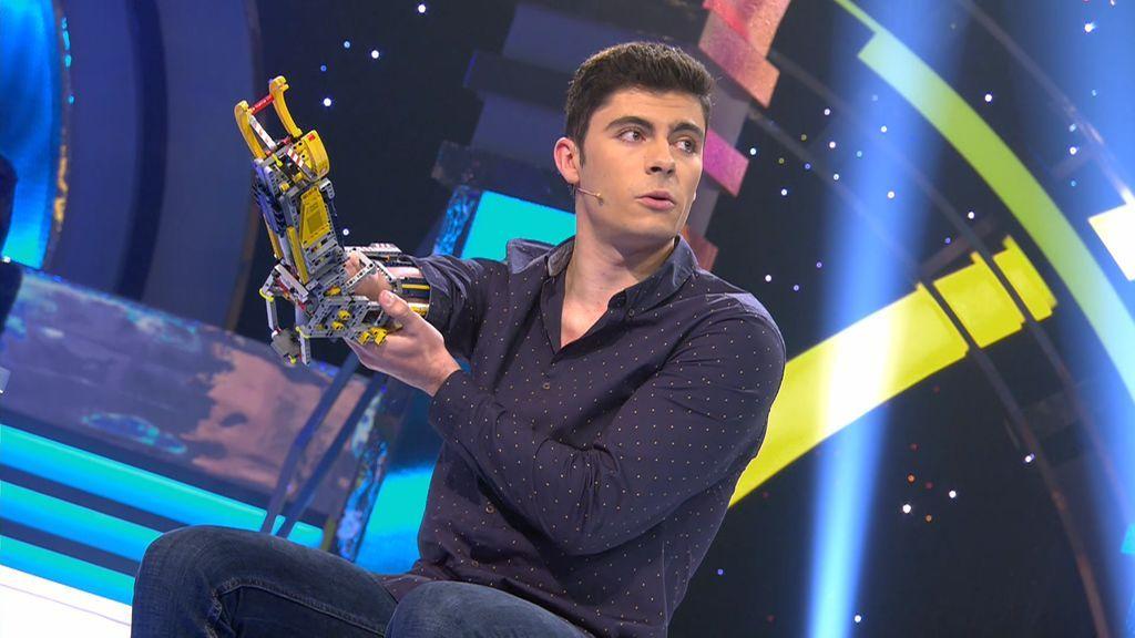 David se construye un brazo con piezas de LEGO y su historia inspira al mundo entero