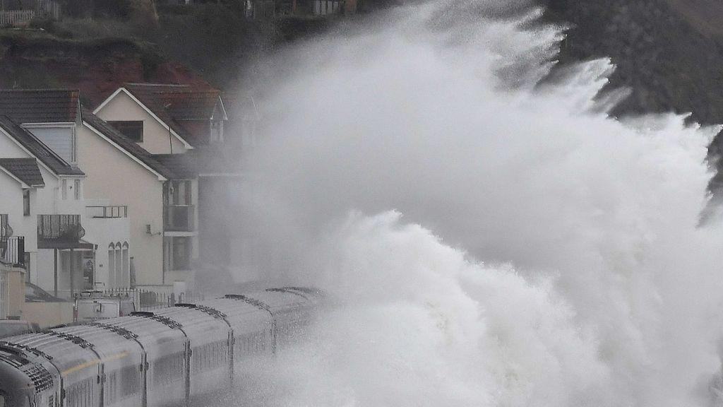 'Helena' se ceba con Galicia: rachas huracanadas de 141 km/h y tormentas que parecen terremotos