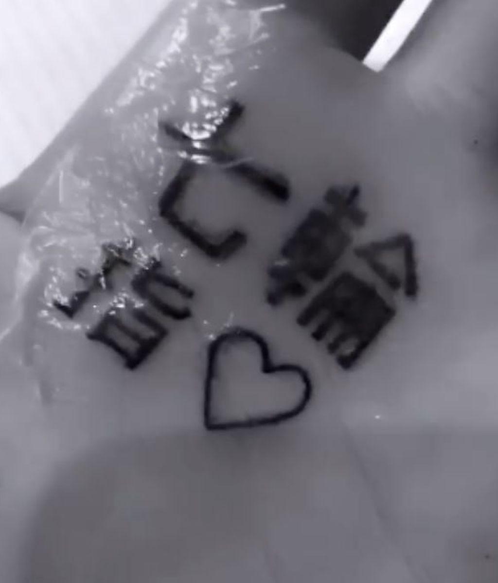 Ariana Grande intenta arreglar su tatuaje y la lía más