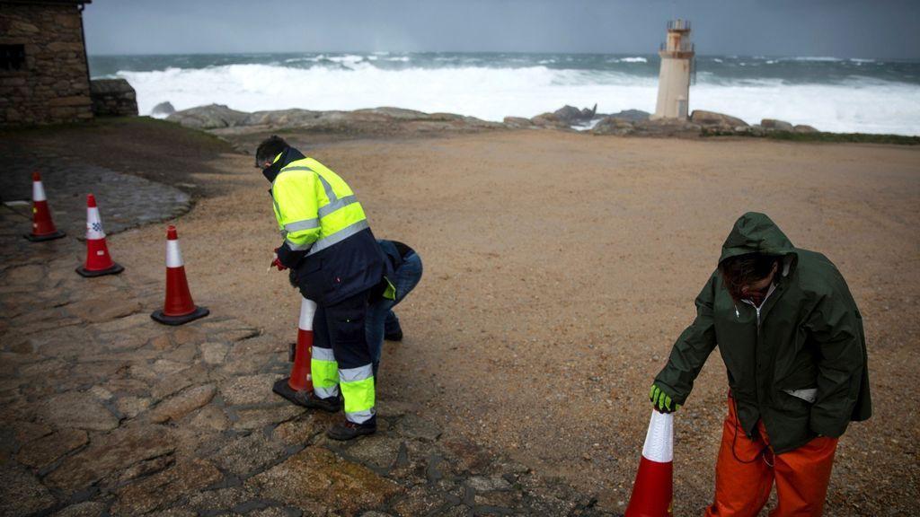 Operarios aseguran la zona de la costa en Galicia por la borrasca Helena