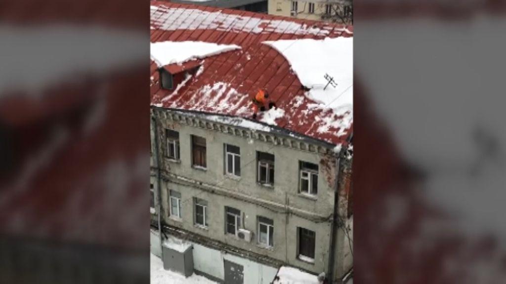 Grave caída de un trabajador de limpieza desde lo alto de un edificio en Moscú