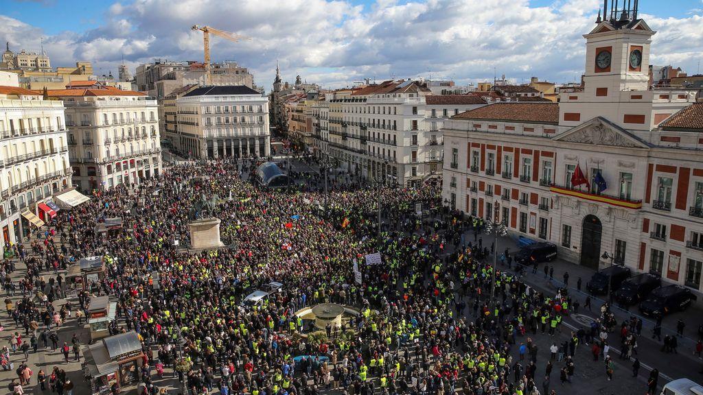 Los taxistas trasladan su protesta a la manifestación de los pensionistas que recorre Madrid