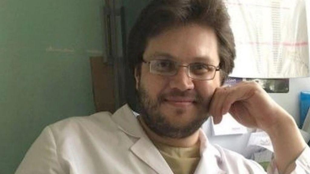 Un esquizofrénico  que fue condenado por matar y sorber la sangre de su compañero en Rusia, es detenido por hacerse pasar por médico