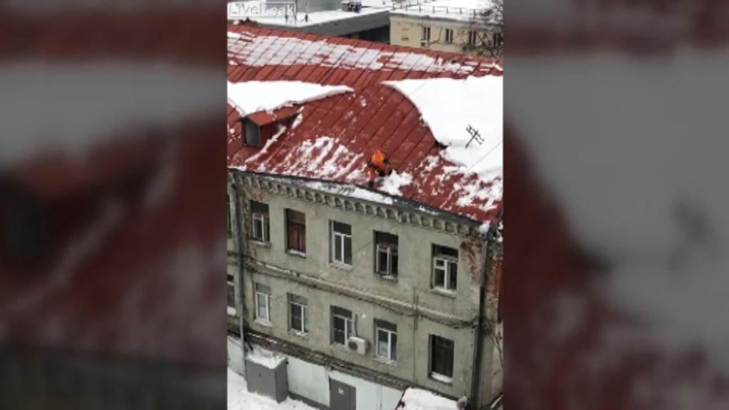 Un trabajador de una empresa de limpieza cae desde el tejado de un edificio en Moscú