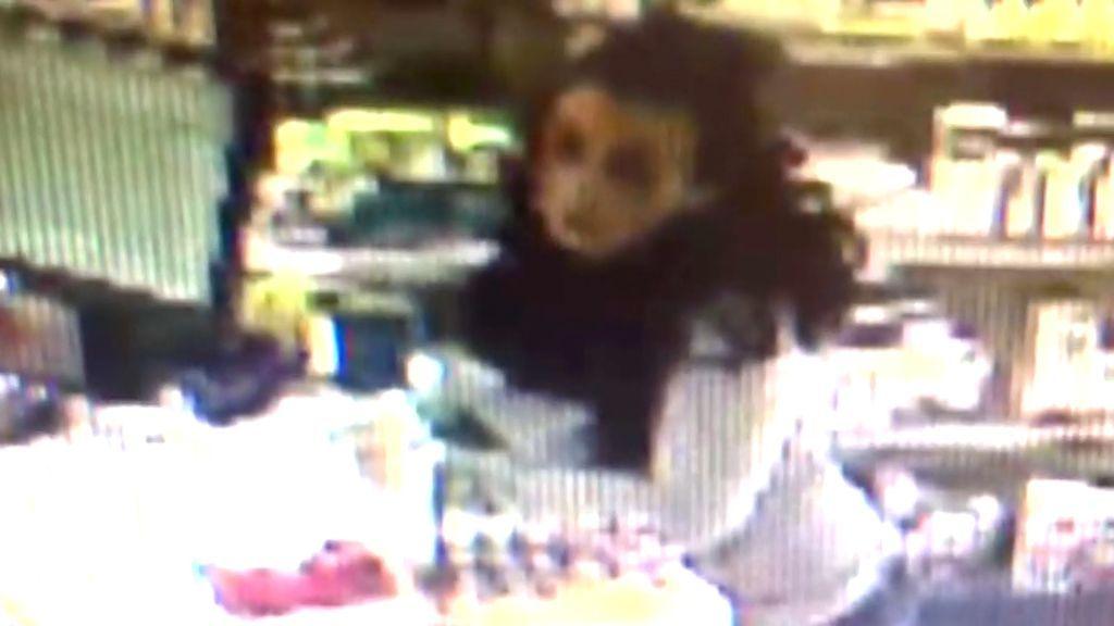 Momento en el que la mujer detenida por secuestrar a un bebé acude a la farmacia para comprar leche