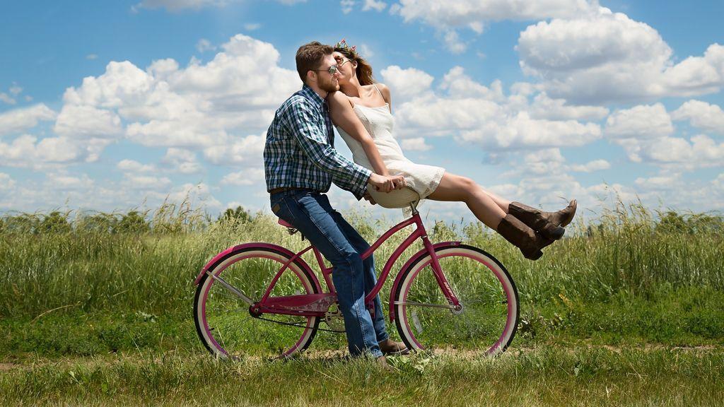 ¿Se es más feliz si tu pareja es menos atractiva que tú?