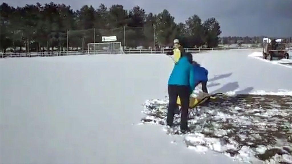 Aficionados y jugadores del Tardelcuende se unen para retirar a mano la nieve que impedía jugar el partido