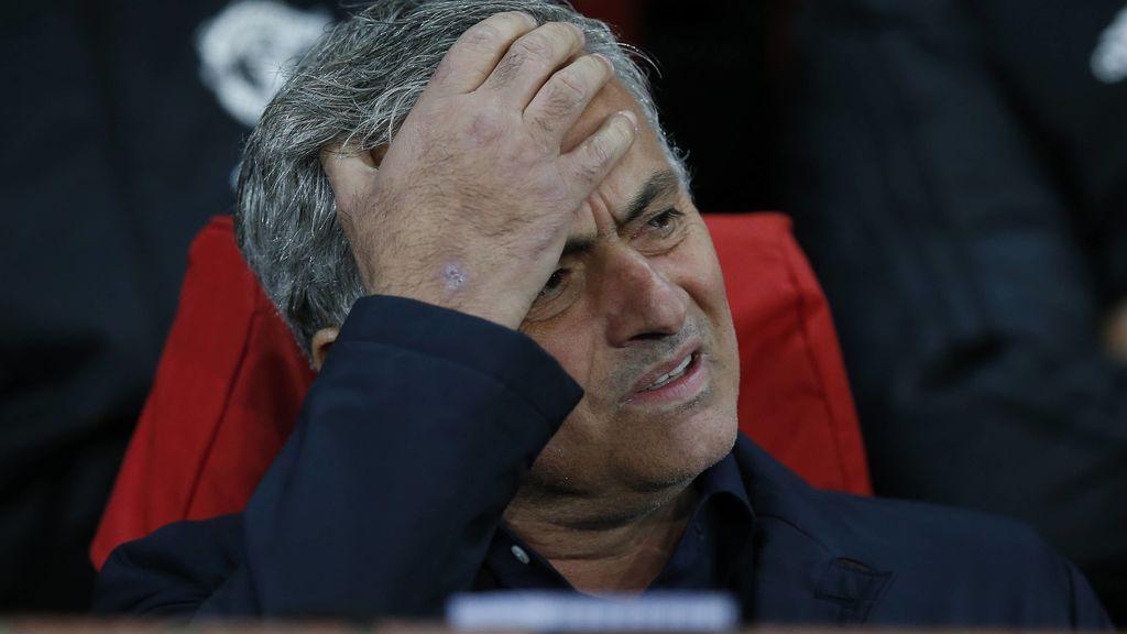 El tremendo costalazo de José Mourinho al hacer el saque de honor en un partido de hockey hielo