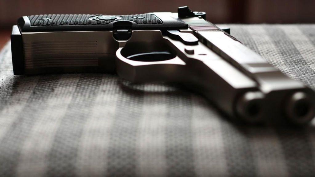 Un niño de cuatro años le dispara a su madre embarazada