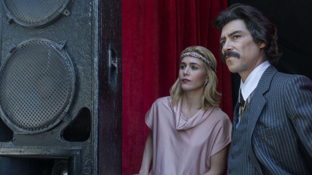 Anna Favella y Óscar Jaenada, como Marcela Basi y Luis Rey en la serie 'Luis Miguel'.
