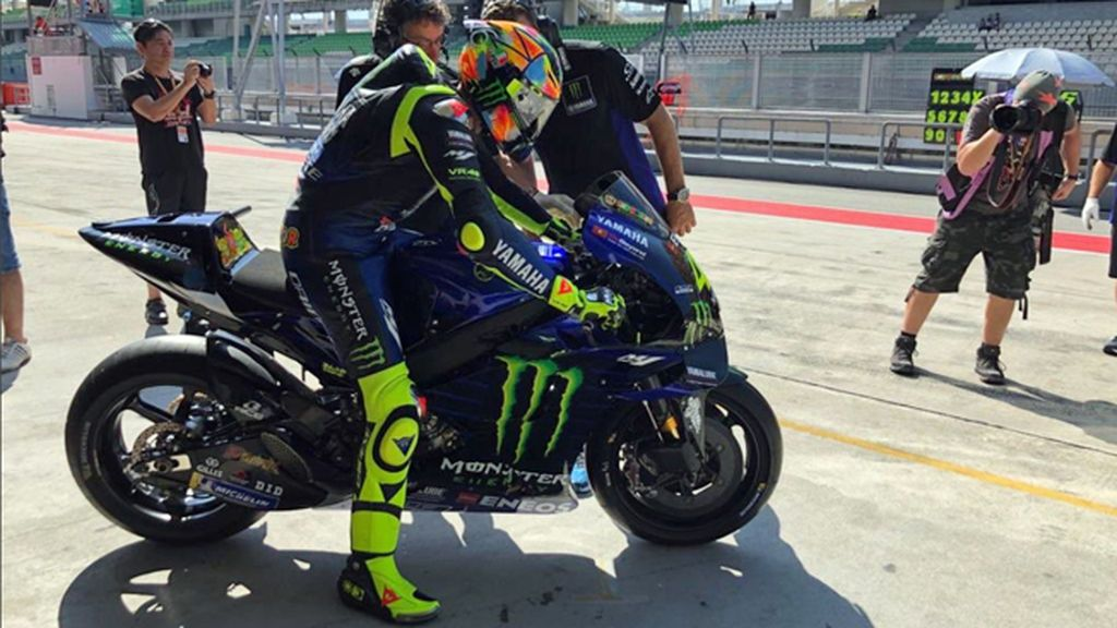 El espectacular casco multicolor que Valentino Rossi ha estrenado en Sepang