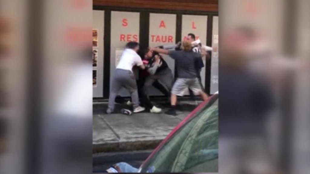 Se enzarzan en una brutal pelea en plena calle tras la Super Bowl