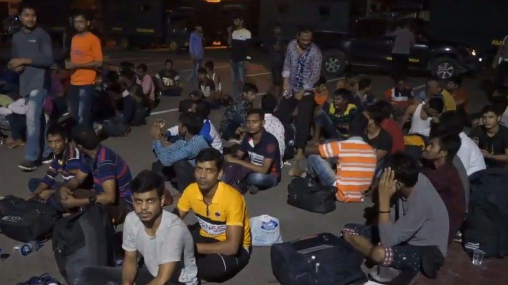 """Hallan a más de 200 migrantes  """"famélicos"""" dentro de dos tiendas en Indonesia"""