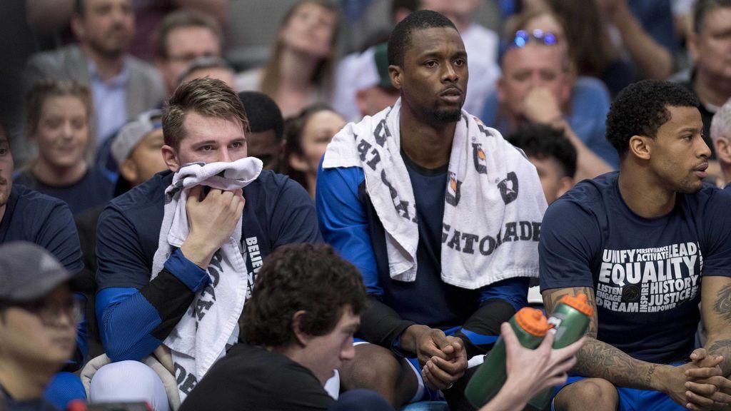 Los Mavericks traspasan a Harrison Barnes a los Kings… en mitad del partido: así reaccionó el jugador al enterarse en el banquillo