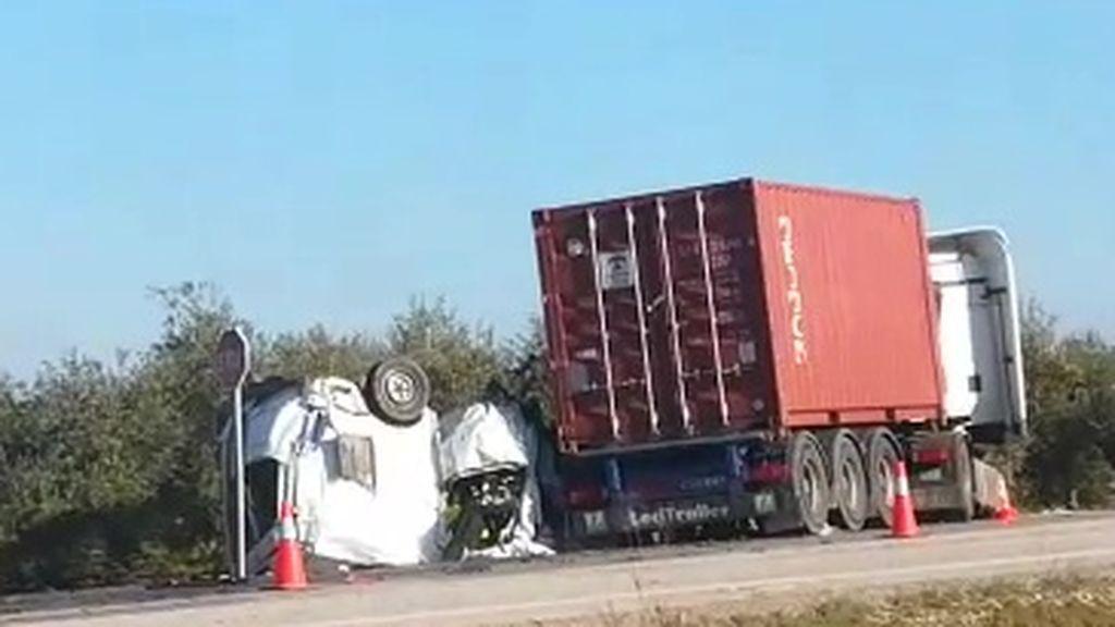 Mueren cinco personas en un choque entre una furgoneta  y un camión en la A-394 en Utrera (Sevilla)