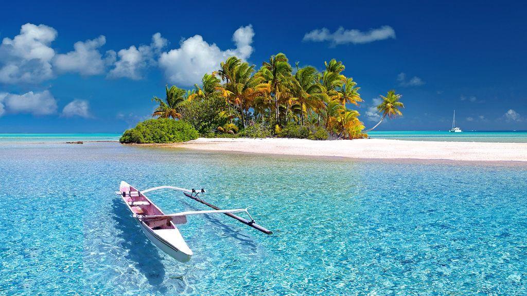 Gana 85.000 euros al año por visitar islas privadas y probar coches y yates de lujo
