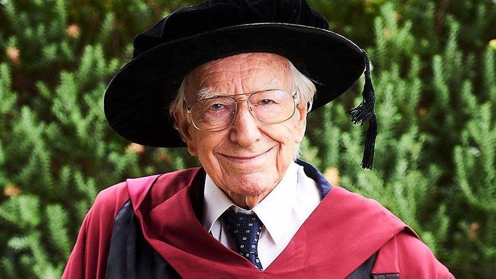 Un australiano se convierte en el hombre más anciano en sacarse un doctorado a los 94 años