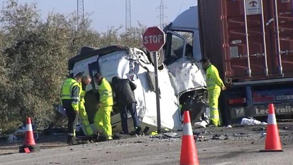 Cinco muertos en un accidente entre un camión y una furgoneta