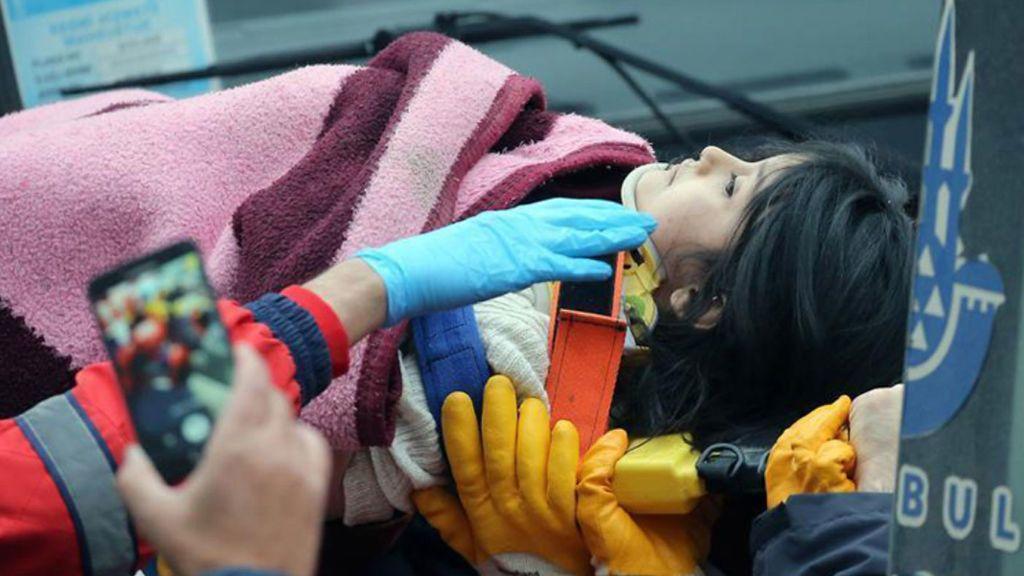 Rescatan a una niña viva sepultada durante 18 horas entre los escombros de su casa en Estambul