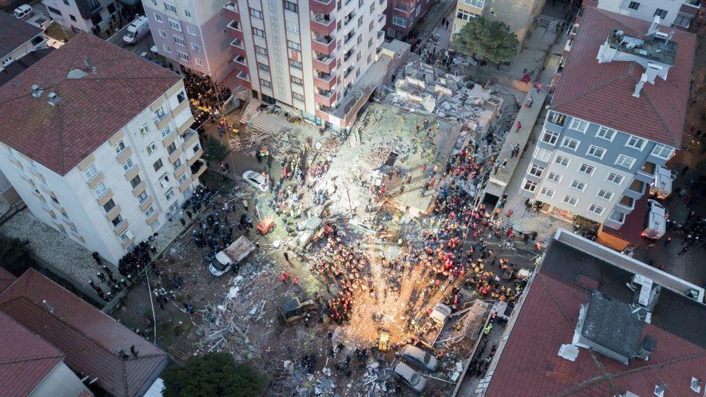 16 muertos por el colapso de un edificio en Estambul