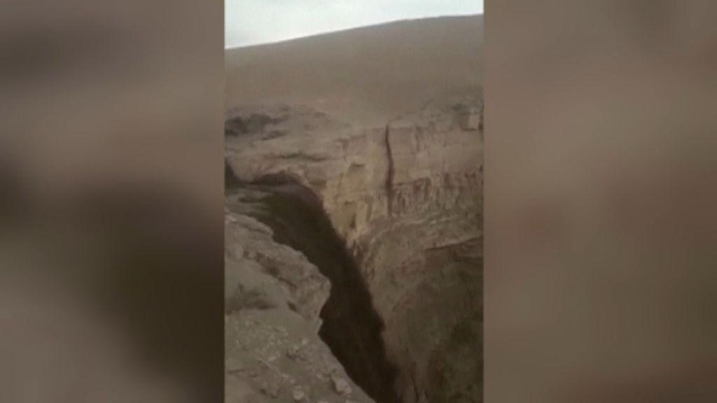 Las lluvias torrenciales llenan de agua una cascada que llevaba 10 años seca en Chile