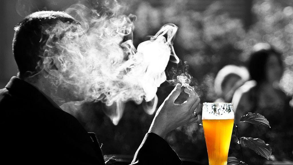 ¿Fumas o bebes delante de tus hijos? Así le afecta