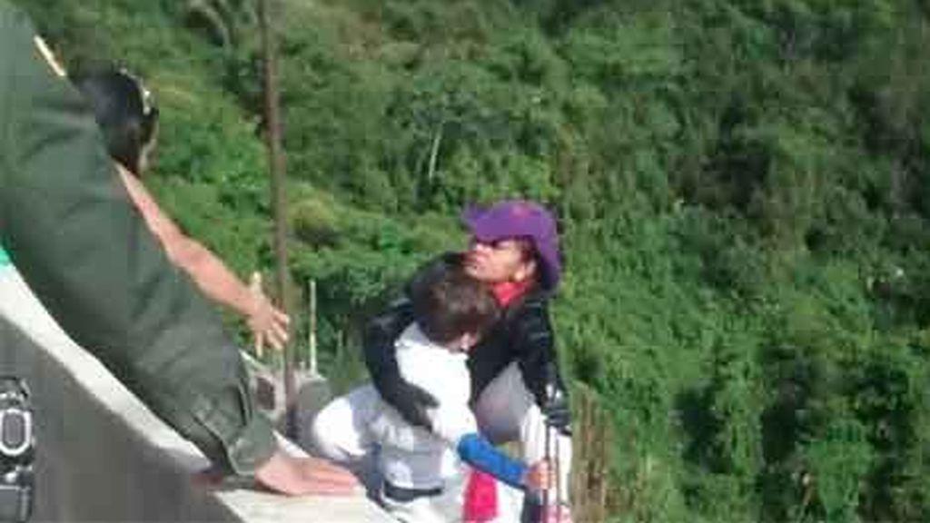 mujer-se-lanza-de-un-puente-con-hijo-en-brazos-mama-no-te-tires-43