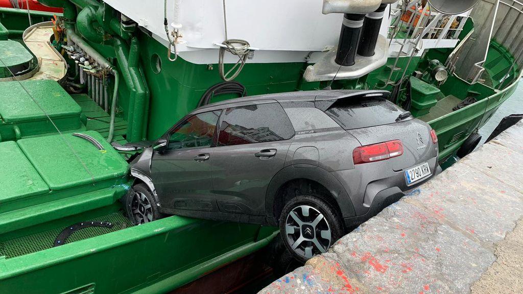 Un coche se empotra contra un barco en Getaria
