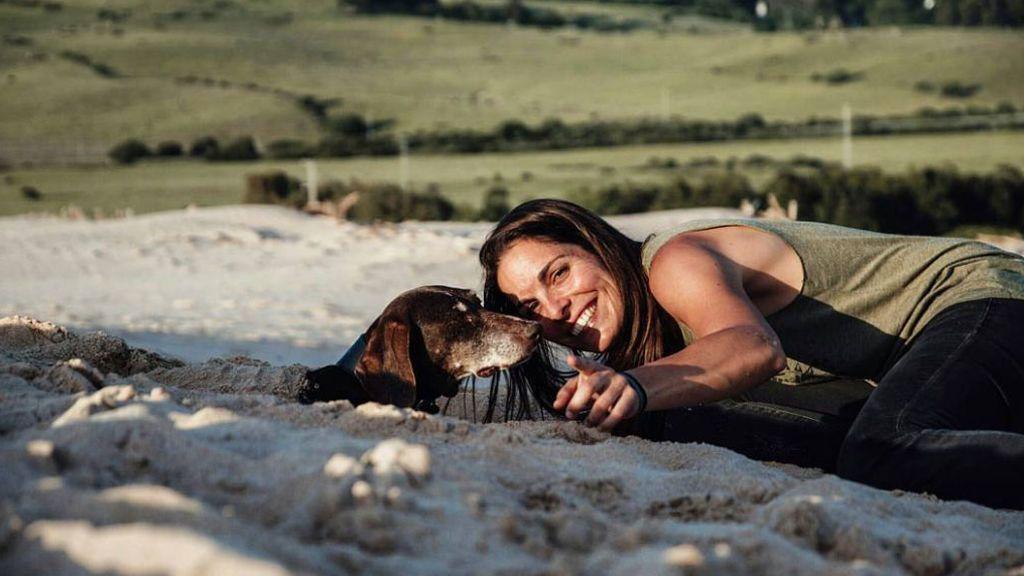 """""""Su destino era esperar la muerte encadenada"""": La conmovedora historia de la atleta Dana Cervantes y su perra maltratada Petra"""