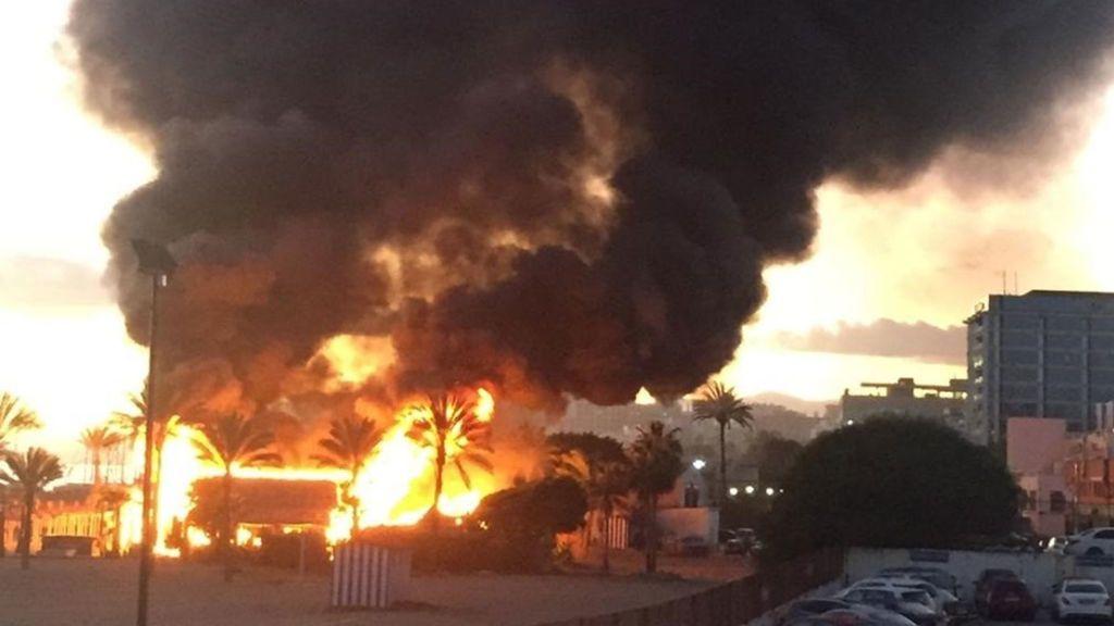 Un aparatoso incendio destruye el chiringuito de Marbella de la actriz María Bravo