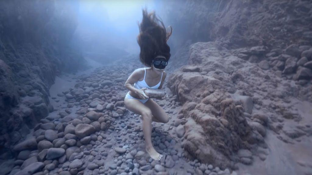 El increíble entrenamiento de la apneísta Sofía Gómez corriendo bajo el mar mientras carga con una piedra