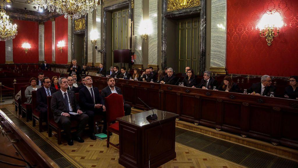 A Rufián no le dejan entrar y una bandera de España se cuela en el procés