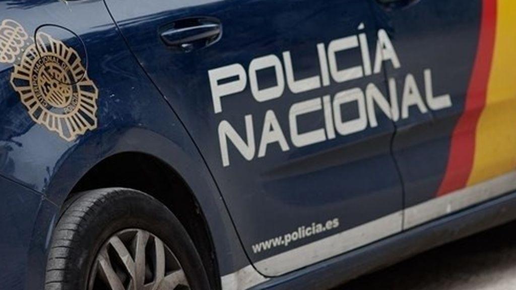 Una mujer intenta quemar a su pareja mientras dormía en un banco en Cádiz